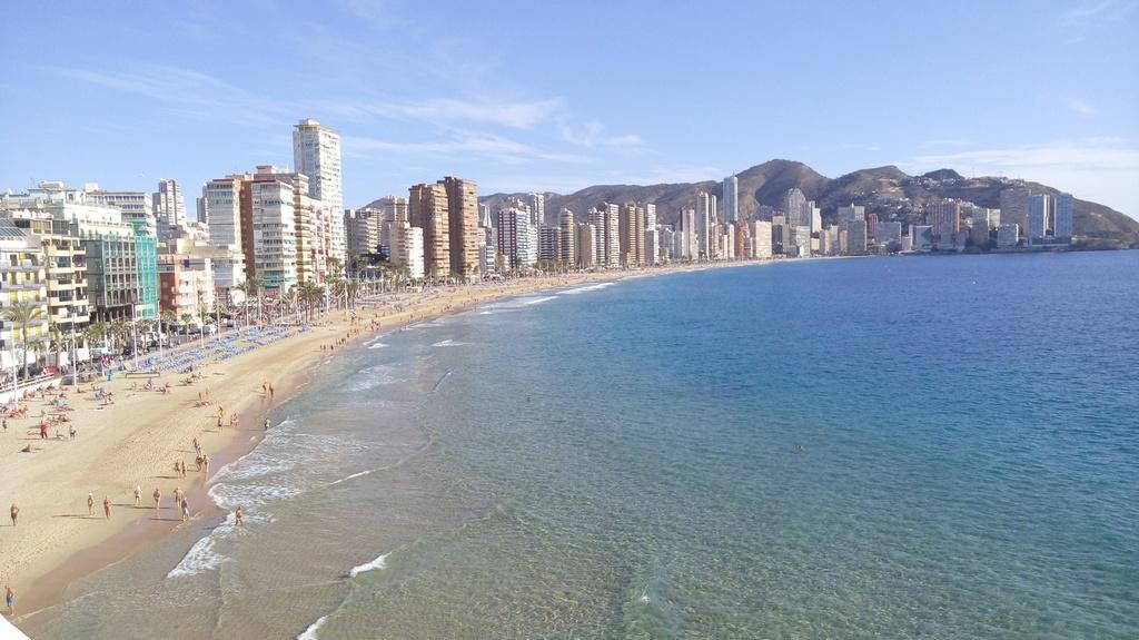 Как забронировать лежак на пляже в Испании с помощью телефона