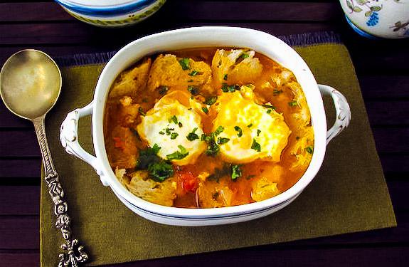 португальский томатный суп-пюре с яйцом-пашот