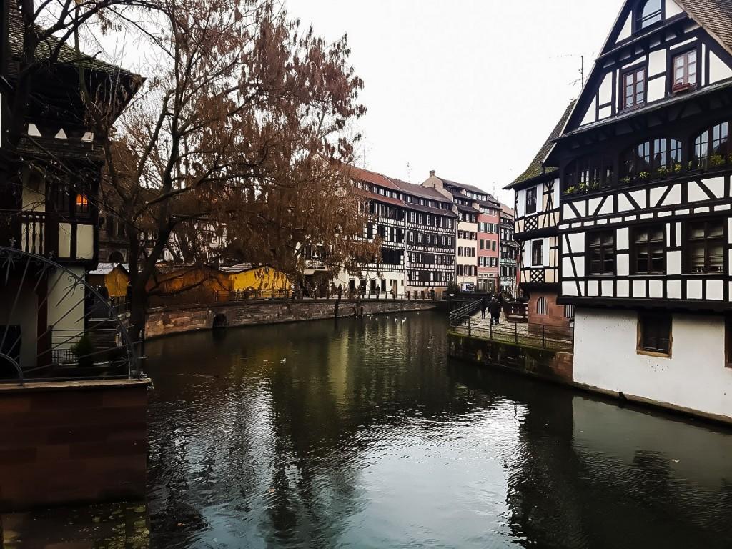 средневековый квартал с фахверковыми домиками и множеством каналов